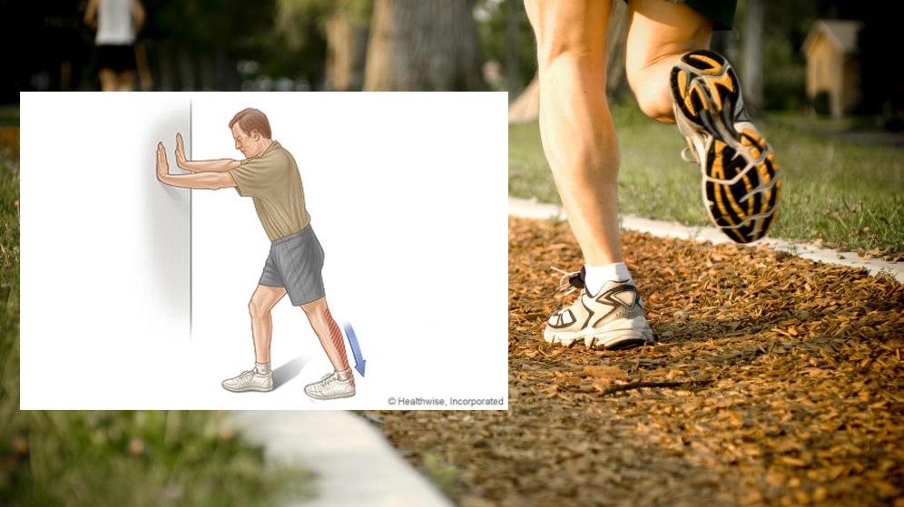 Periostitis Tibial : Imagen de las piernas de un corredor y del etiramiento posterior tras la carrera.