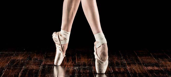 Imagen de los tobillos de una bailarina en puntas. Fisioterapia San Félix. Clínica de fisioterapia en Almería. Fisio en Almeria. Lesión de tobillo.